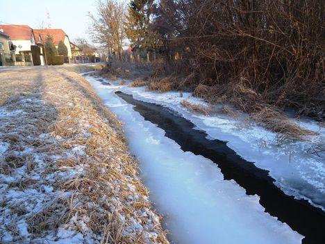 Befagyott a Hidegkúti (Hédervár-Darnózseli) csatorna, Hédervár község belterületi szakasz, 2017. január 11.-én 3