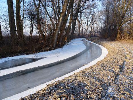 Befagyott a Zsejkei csatorna, Ásványráró község belterületi szakasz 2017. január 11.-én 3