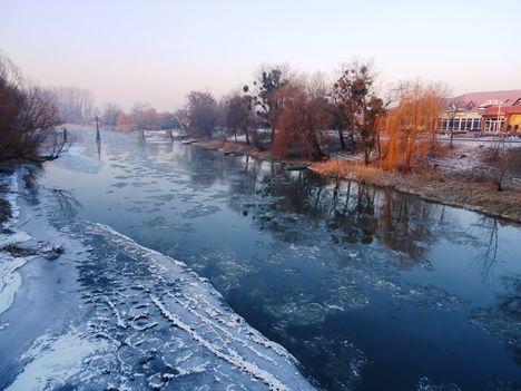 Jeges állapotok a Mosoni-Duna Kimle község belterületi szakaszán, 2017. január 11.-én 2