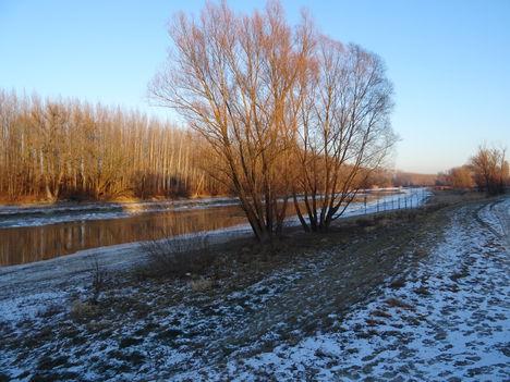Jeges állapotok a Mosoni-Duna Mecsér község belterülete melletti szakaszán, 2017. január 11.-én 8