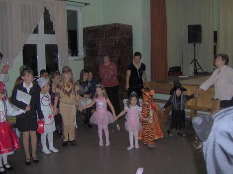jelmezbe öltözött gyerekek
