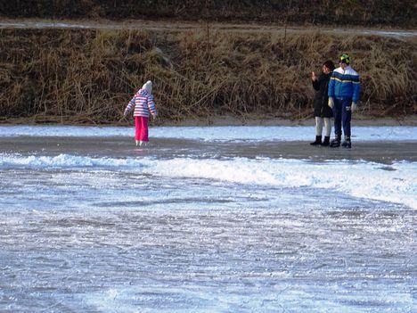 Befagyott a Mikotai tó a gyerekek nagy örömére, 2017. január 27.-én