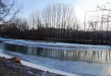 Befagyott a Mosoni-Duna a  Mosonmagyaróvár, Partos utca és az Aranyossziget közötti szakaszon, Moson 2017. január 16.-án 2