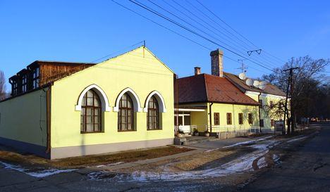 Hédervár, Rózsa Ferenc utca , a Művelődési Ház, az Önkormányzat és a Polgármesteri Hivatal épülete, 2017. január 11.-én