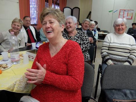 A nevetés, a közös éneklés minden bajunkra  GYÓGYÍR !