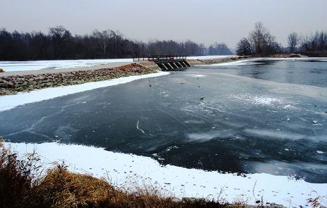 Árvai vízszintszabályozó műtárgy az alvízéről nézve, téli, jeges, kisvizes időszakokban, 2017. január 31.-én
