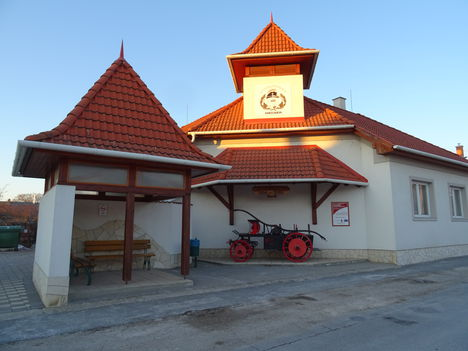 Mecsér község a Tűzoltóság és a Buszmegálló épülete, 2017. január 11.-én 1