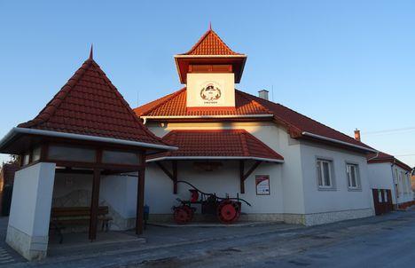 Mecsér község a Tűzoltóság és a Buszmegálló épülete, 2017. január 11.-én 2