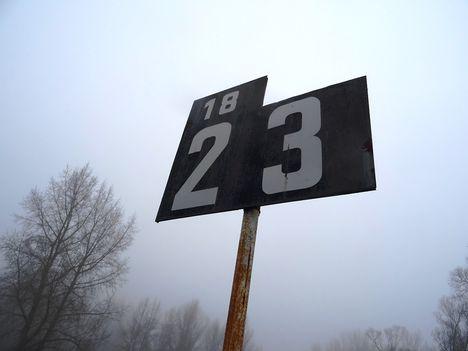 A Duna folyam 1823-as fkm-ben lévő kilométertábla, Lipót 2017. február 03.-án