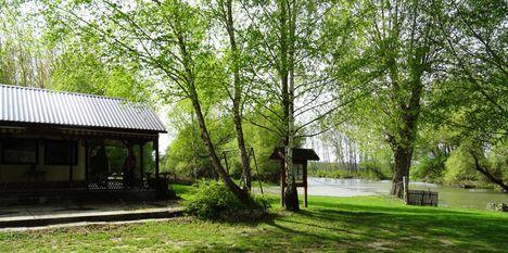 Cvika Camping a Mosoni-Duna jobb partján, Kimle 2017. április 11.-én
