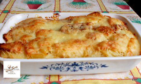 Krumpli ágyon, szalonnán sült sajtos virsli
