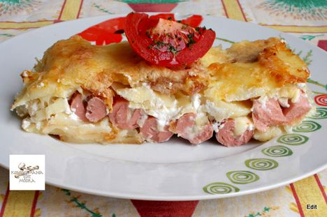 Krumpli ágyon, szalonnán sült sajtos virsli tálalva