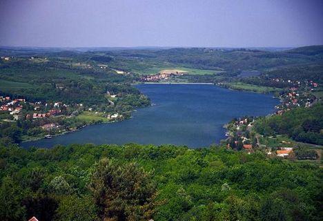 A Pécsi-tó, a Mecsek északi oldalán