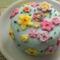 Nellke díszítette ezt a kis tortát.