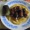 Békönbe tekert csírkamáj sült új burgonyával és káposztával töltött uborka.