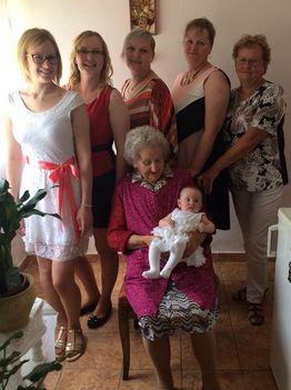 Ükmama lányával unokáival, dédunokáival, ükunokájával