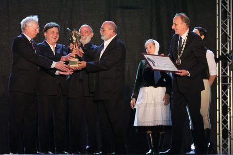 Gödöllő polgármesterétől, Gémesi Györgytől idén a Kaláka vehette át a Szabadság díjat (a kitüntetést a szovjet csapatok kivonulása napja évfordulóján adományozzák)