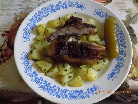 Sertésfűszeres sült hús petrezselmes burgonya.