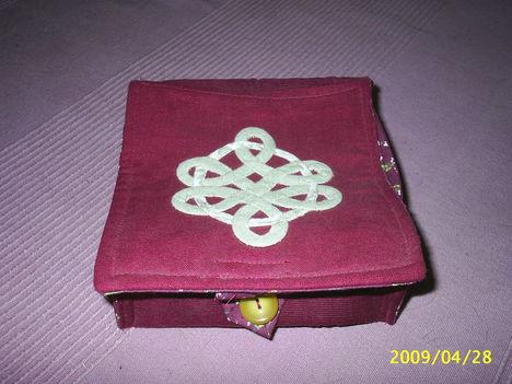 keltás fedelű dobozka