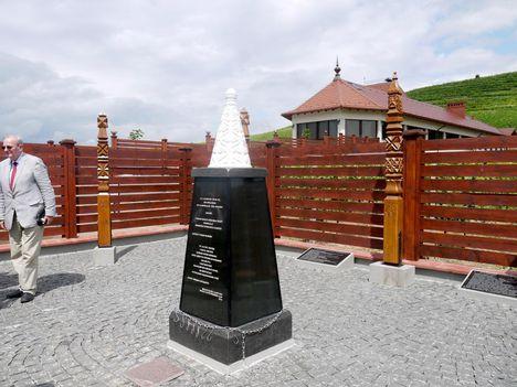 A nyíregyházi székhelyű Beregszászért Alapítvány szervezésében 2017. június 1-jén honfoglalási emlékhelyet avattak a beregszászi Kishegy lábánál, azon a helyen, ahol 1890-ben kőfejtőmunkások gazdag magyar lovassírra bukkantak