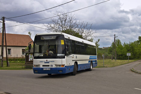 busz kanyarodik