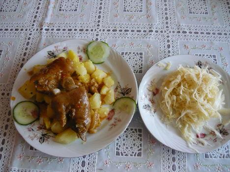 Körömpörkölt sós burgonyával és savanyitott káposztával