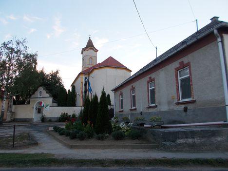 Barbacsi templom és plébánia.