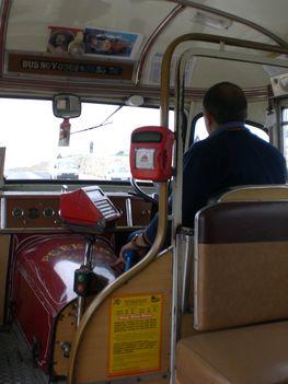 Egy máltai autóbusz belseje.
