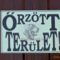 Rottweileres figyelmeztető kaputábla