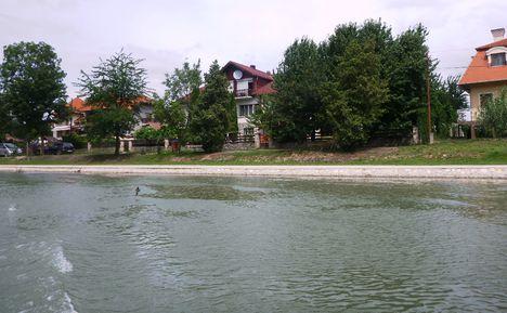 A Mosoni-Duna folyó belterületi partrendezés Halászinál, 2017. július 25.-én  11