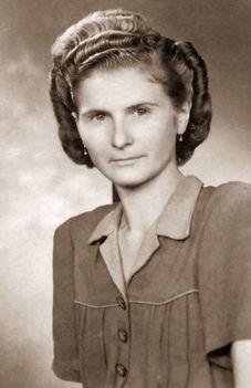 Kertész Lajosné, lánykori nevén Károly Etelka, szül: 1925. november 08.-án