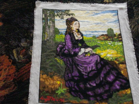 Lila ruhás nő