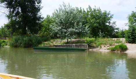 A Mosoni-Duna folyó belterületi partrendezés Mosonmagyaróvár, Elza utca, 2017. július 25.-én  1