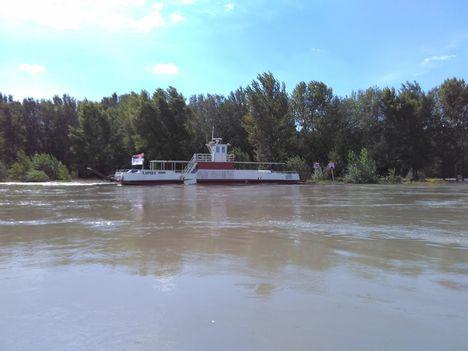Árhullám a Dunán, Dunaremetei kompkikötő térségében, 2017. szeptember 05.-én