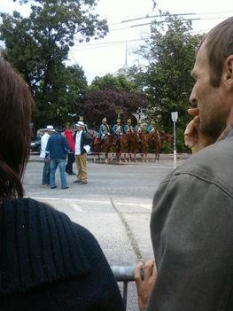 háttérben a lovasok