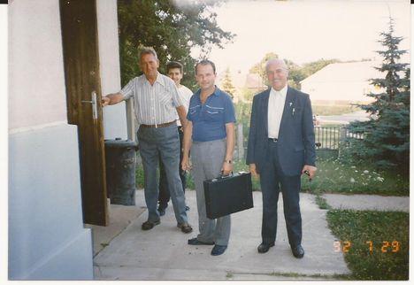1992. A templomnál