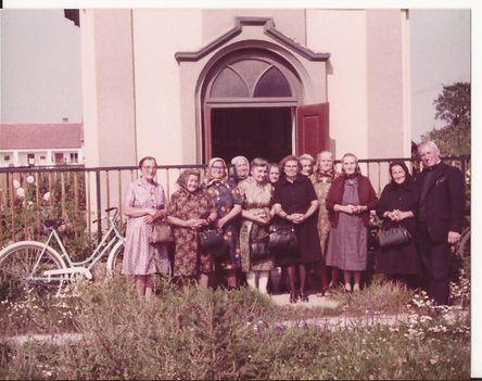 A Sirtai kápolna előtt 1980