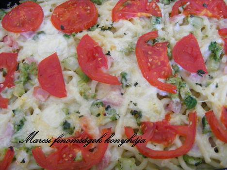 Brokkolis sajtos -sonkás makaróni