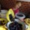 Nellike át önti a kimagozott szilvát nagyobb edénybe.