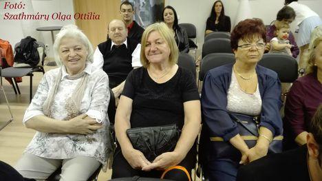 Nógrádi Katalin és a mellette ülők