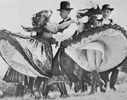 Amikor még bugyi nélkül ropták a táncot a magyar lányok - A fotót 1938-ban készítette egy belga fotós az egyik magyar néptáncbemutatón (ritkanlathatotortenelem.blog.hu)