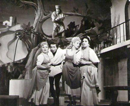 Kiss Ilona (Zentai Annával, Oszvald Gyulával és Petress Zsuzsával a színpadon) - Boccacio