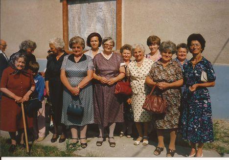 1992. a templom előtt