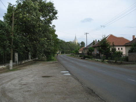 Erdőtelek főutcája
