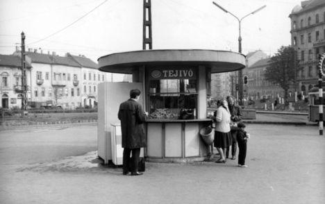 Pavilonok - Egy tejivó, vagyis amolyan reggelizőhely. A kirakatában halomban állnak a kiflik. (1968., forrás Fortepan)