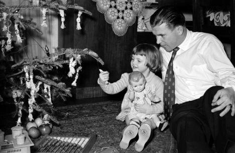 Puskás kislányával, a 3 éves Anikóval. 1955.