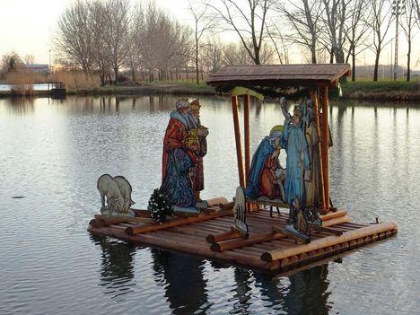 Lipót, Betlehem a mentett oldali vízpótlórendszer részeként üzemelő Kengyátó-tó vízfelületén, 2017. december 31.-én