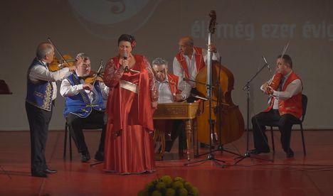 Balázs Anikó a címadó dalt énekelte Nagybányán