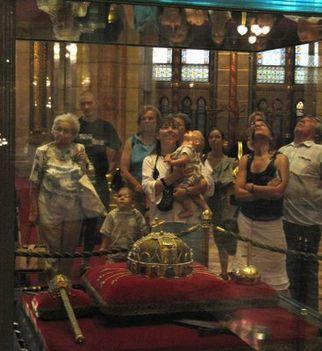 korona az országházban