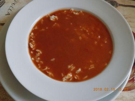Paradocsom leves betűtésztával.